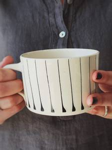 Bilde av Sort m Striper - Latte Krus