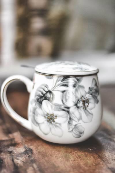 Grå/hvit blomst - Krus m/lokk & tesil